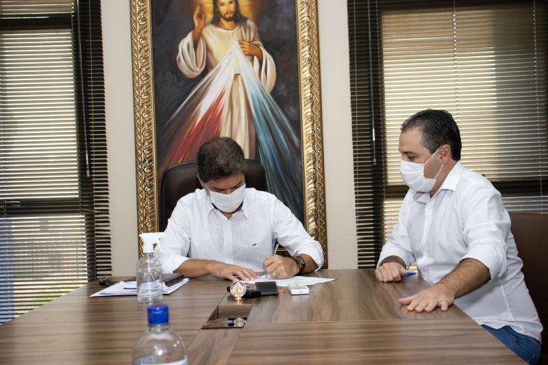 Prefeito  municipal  de Maracaju assina adesão ao consorcio nacional para compra  de vacina          RA A COVID-19