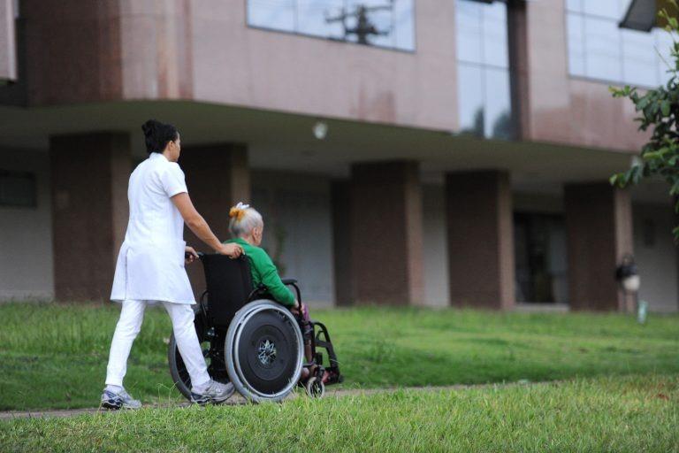Projeto inclui cuidador na dedução com saúde no Imposto de Renda