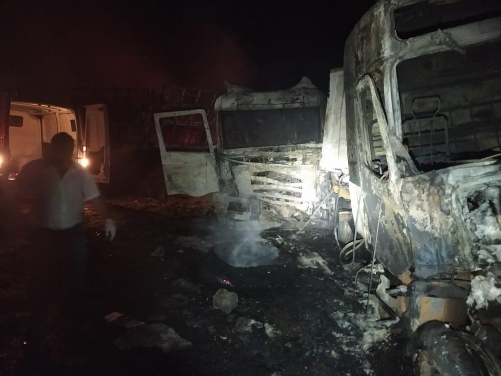 Motorista morre preso às ferragens após colisão entre caminhões