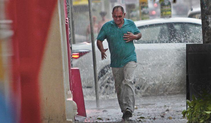 Defesa Civil emite alerta de chuvas intensas e pede para população evitar áreas alagadas