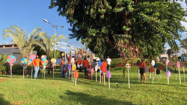 Mulheres maracajuenses enfeitam Rotatória da Figueira com motivos pascais