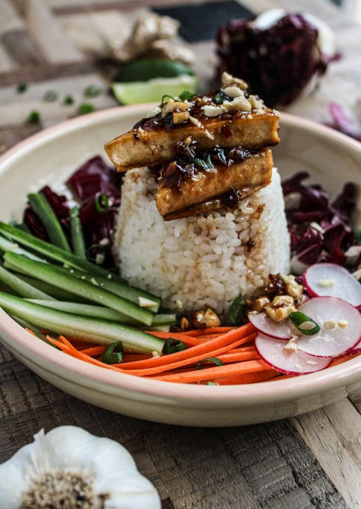Garlic cashew tofu bowl with veggies