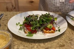 Read more about the article Open-Faced Sweet Potato Sandwich – The Happy Food Chef Robin Joy