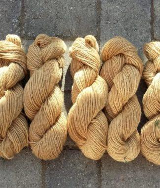 Nougatfarvet 3-trådet norsk uld - plantefarvet med valnødder.