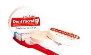 Acestea sunt primele substanțe de uz stomatologic create pentru îngrijirea preventivă a sanatatii orale a diabeticului. Contin mai mult de 30 de elemente specifice curatarii si ingrijirii cavitatii bucale a diabeticului  Pudra dentara DentYucral Diabetic creat special pentru a respecta nevoile pacientului cu diabet; contine mai mult de 30 de ingrediente care curata si protejaza cavitatea bucala a pacientului bolnav de diabet. particulele de siliciu, calciu si fluor intaresc smaltul dintilor; vitaminele ajuta la asimilarea calciului la nivelul dintilor; particulele de curatare - curata suprafetele dentare mecanic, eficient si cu grija; detergentul curata facilitand disolutia placii si tartrului; protejeaza si ingrijeste gingiile; protector dermal care creste si grabeste insanatosirea tesuturilor ; trateaza si calmeaza imbunatatind vindecarea; antioxidant - participa la producerea colagenului din gingii si le protejeaza de bacterii; actiune anti-plaque (antiseptic cu spectru larg); are proprietati anti-inflammatorii, emolliente si de vindecare, eliminand definictiv riscul aparitiei aftelor; lupta impotriva halitozei;  Concentratia Pastele de dinti comune contin aprox 25% - 35% elemente de curatare. Restul sunt excipienti, emulgatori etc.. In pudra noastra dentara ponderea elementelor de curatare este de 97%. Eficacitatea ingredientelor Deoarece ingredinetele sunt tinute in mediu uscat,si nu contin apa creste eficacitatea lor in raport cu o pasta de dinti obisnuita.  Instructiuni de utilizare Se uda periuta, se scutura de excesul de apa se preseaza in cutia cu pudra si se incepe periajul . Forma de prezentare Fiecare cutie contine 25 gr. (suficienta pentru 100 de spalari), fiind echivalenta cu 100 ml. de pasta de dinti; Producator: COMANIMESA Valabilitate 36 de luni
