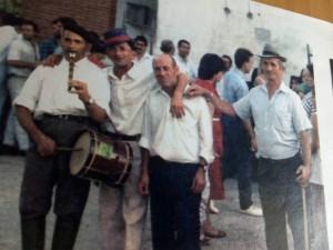 """Tamborileros jurdanos en las fiestas de El Cerezal: Domingo Rubio Crespo, """"Tïu Mingu"""", ya fallecido a la izquierda / F.B.G."""