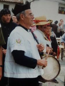TÍO GOYO IGLESIAS, TAMBORILERO DE LA ALQUERÍA DE CAMBRONCINO, REVESTIDO DE CURA PÁRROCO EN EL CARNAVAL JURDANU DEL PUEBLO DE EL CABEZO (FOTO: F.B.G.)