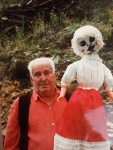 """TÍO ANTONIO MARTÍN, """"EL TURÉLIH"""", DE LA ALQUERÍA DE ACEITUNILLA, CON """"LA GALLARETA"""" (al modo de muñeca ritual) EN EL CARNAVAL JURDANU (FOTO. F.B.G.)"""