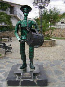Estatua del tamborilero colocada en la plaza dedicada a estos músicos populares (Foto: Juanma Sánchez)