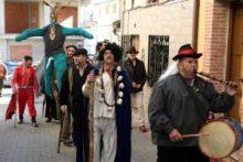 El Rey del Antrueju, con tamborilero y El Morcillu por las calles de Ahigal, 2014 (Foto: José María Domínguez Moreno)