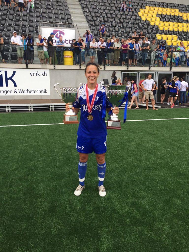Paula posa con los títulos de liga y copa de Suiza.