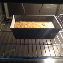 Llevar el molde al horno precalentado a 180°Centigrados. Hornear por 60 minutos. Si se hacen muffins, usar la misma temperatura pero la mitad del tiempo (chequear incialmente a los 20 minutos introduciendo un palillo en el centro, si sale limpio se pueden sacar, sino dejar 5 a 10 minutos extra)