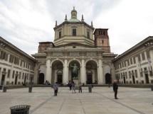 Iglesia de de San Lorenzo Maggiore con la estatua de Costantino, primer emperador Romano que perteneció al cristianismo