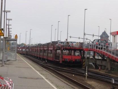El tren que transporta los vehiculos a la Isla