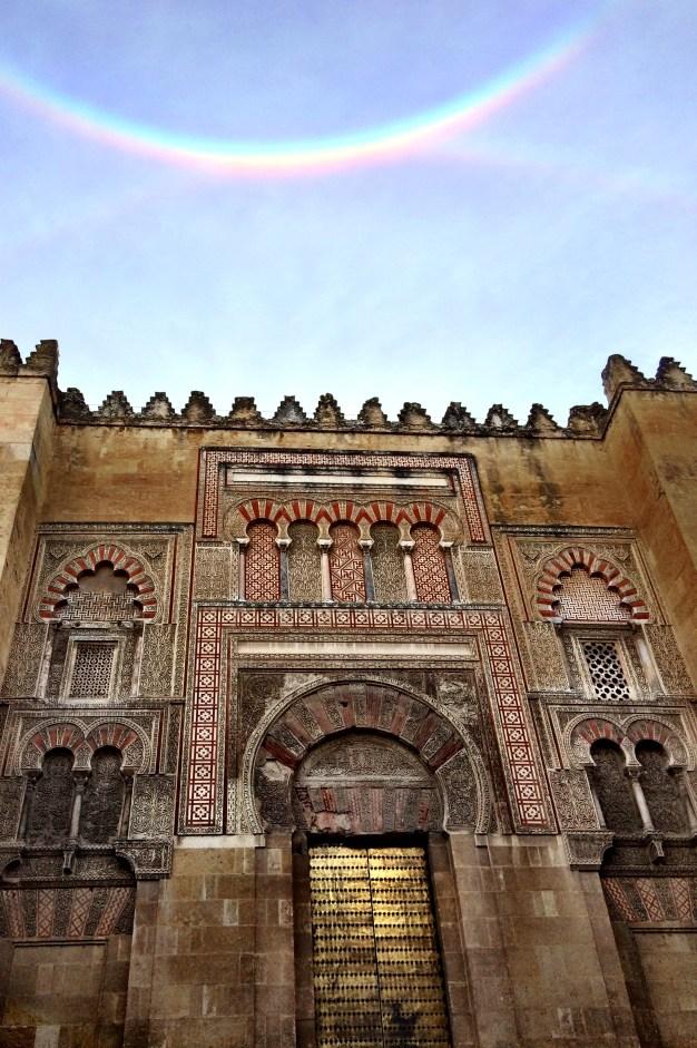 Puertas exteriores de la Mezquita Catedral y un hermoso arcoiris