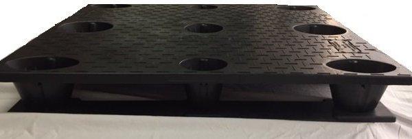 Stackable solid deck pallet