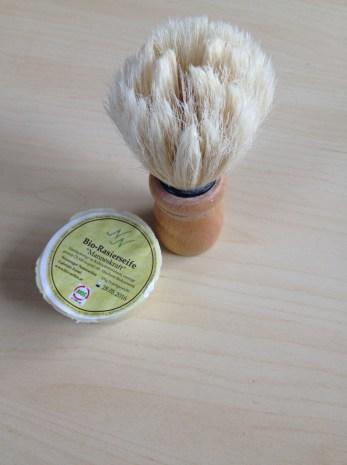Pinsel und Seife vorne