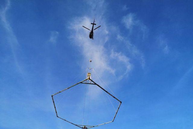 BRGM - l'hélicoptère survole la Chaîne des Puys, pour recueillir des données sur les sols du massif. • Crédit photo D.Cros/FTV