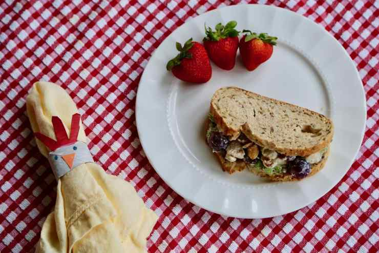 chicken napkin ring with picnic lunch