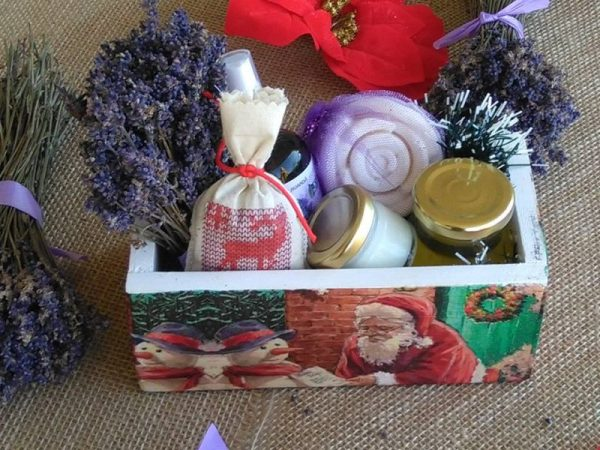 cutiile-sunt-personalizate-manual-si-contin-floare-buchet-saculet-lavanda-sapun-balsam-apa-florala-si-exfoliant-facial-70-ron