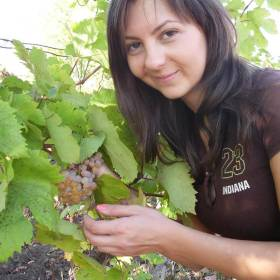 Eliza Corogeanu în grădină
