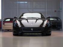Ferrari ljussatt i bilhall med lysande tak