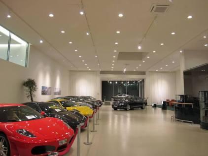 Belysning för bilhall med spotlights