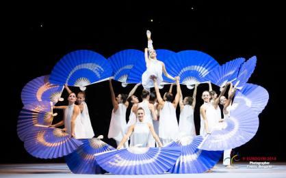 Gymnaster med solfjädrar uppträder på Eurogym 2014