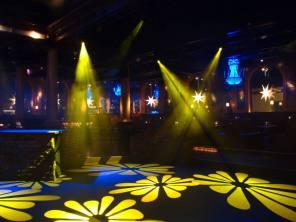 Gula ljusstrålar på nattklubben Harrys i Helsingborg