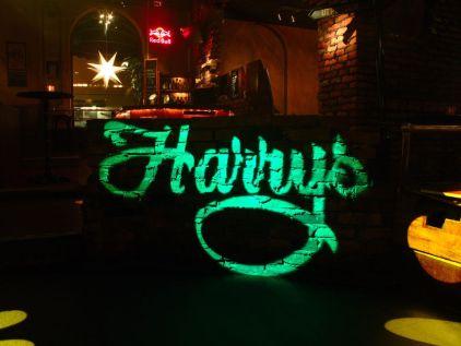 Harrys logga projiceras i grönt med en Martin SmartMac
