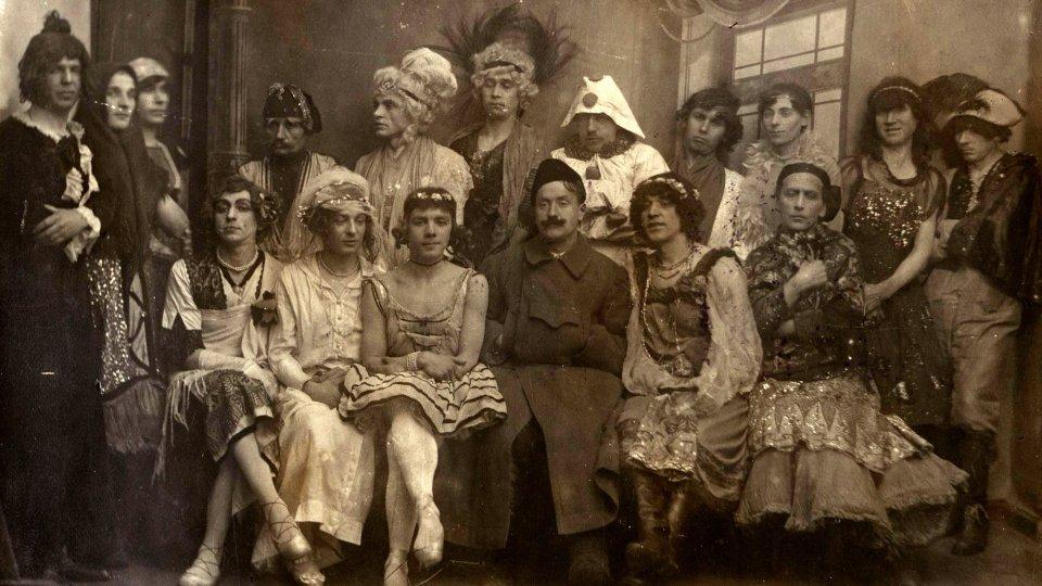"""Mitglieder eines privaten """"Gay-Clubs"""" in Petrograd (1921)"""