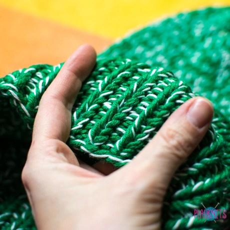 Зелёно-белая вязаная шапка из мериноса
