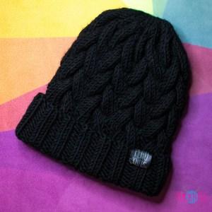 Чёрная вязаная шапка с косами