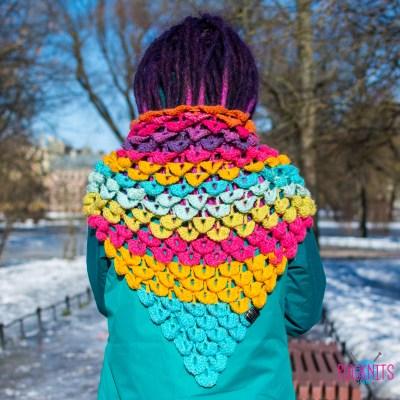 Разноцветный треугольный дизайнерский вязаный шарф Чешуйки 2
