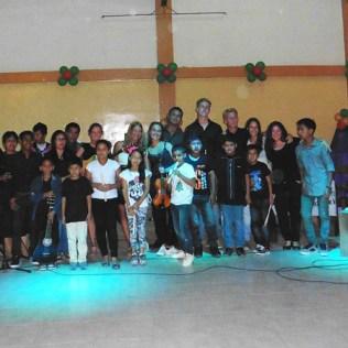 Gruppenfoto nach dem Weihnachtskonzert mit allen (erschienenen) Schülern