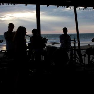 Jazzcombo der Voluntarios tritt in einem Hotel am Strand zum Sonnenuntergangsgig auf