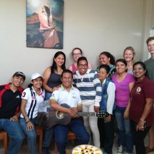"""Lisa, Madita und ich (die """"Gringos"""" von links nach rechts), Roberto (mit Gitarre) und Schüler nach einem Geburtstagsständchen"""