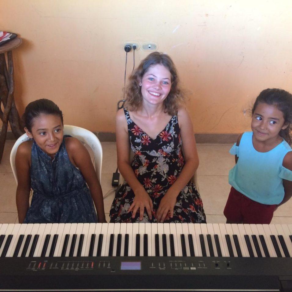Antonia mit zwei Schülerinnen