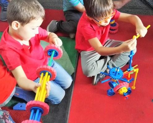 Niños jugando y construyendo con broks