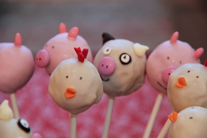 Love the look of cake pops, but don't want to spend all that time making them? Try making 'fake cake pops' using donut holes instead, just like these barnyard bites!