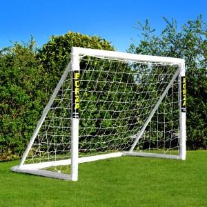 Fodboldmål Forza Winner 1.8 x 1.2 m. Bring fodboldkampen direkte ind i din have, med dette super lækre og solide Engelske fodboldmål fra Forza i UPVC plast. Fodboldmålet er i kraftig plastrør med en rørtykkelse på 6.8 cm som står stabilt på plænen, selv uden brug af pløkker. Fodboldmålet holder naturligvis til spil med læder fodbold. Husk at fodboldmål i plast ikke ruster og er derfor særdeles velegnet til det danske klima. Størrelse på fodboldmålet: Bredde 180 cm