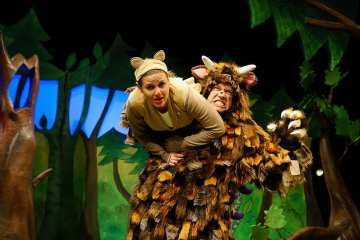 Gruffalo2015GruffMouse Ellie Bell (Mouse) & Owen Guerin (the Gruffalo) Credit Tall Stories