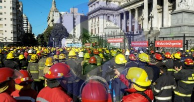 Multitudinaria protesta de Bomberos Voluntarios en el Congreso