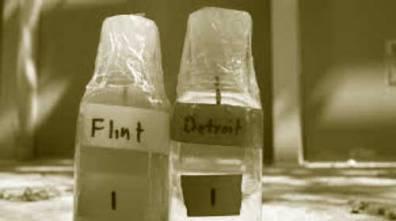 tarros conteniendo agua contaminada