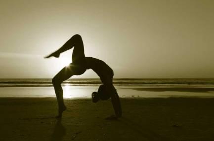 flexibilidad yoga playa puesta de sol