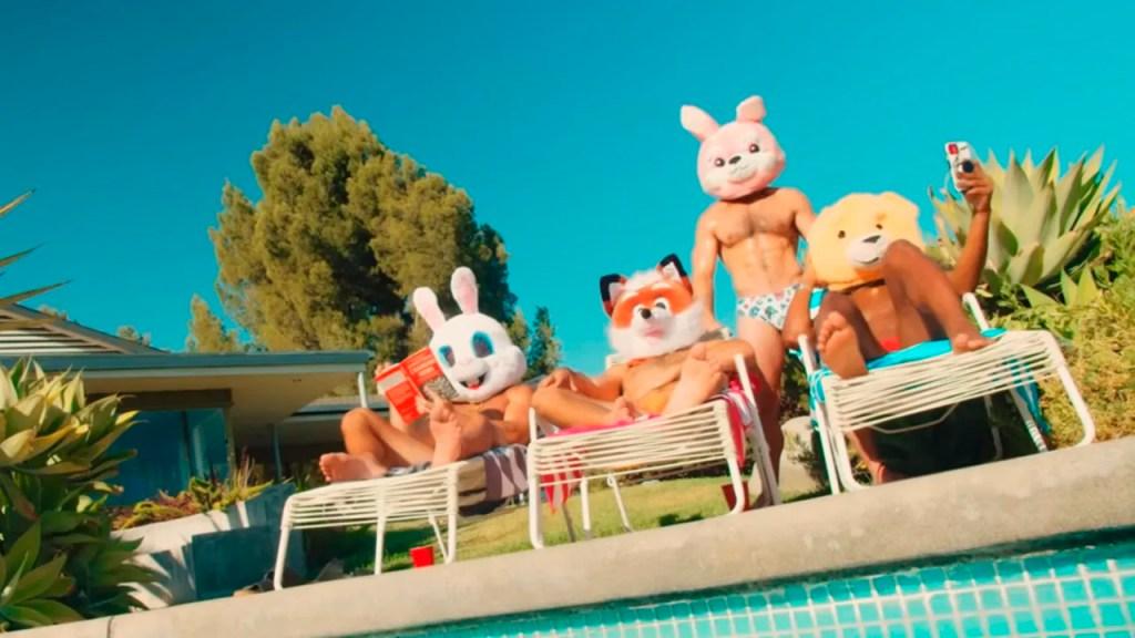 """El verano está calentando con """"Hokie Pokie"""" de John Duff"""