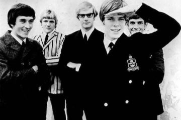 Herman's Hermits in 1968. From L-R: Keith Hopwood, Karl Green, Derek Leckenby, frontman Peter Noone, and Barry Whitwam. By NBC Television