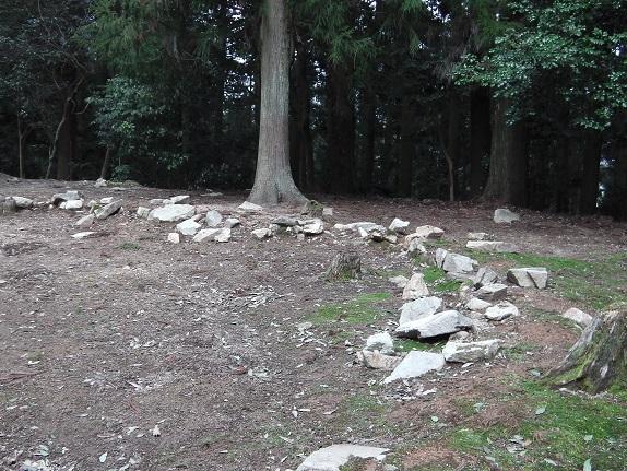 吉田郡山城二の丸の石列