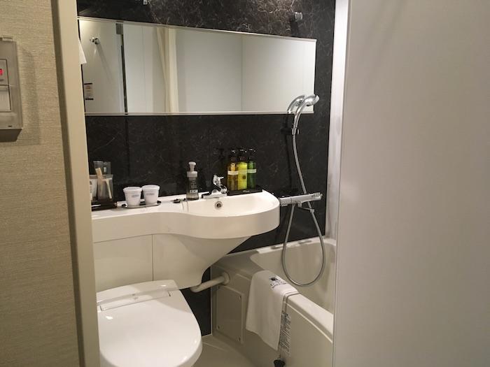 ホテルリブマックス本町のお風呂とトイレの写真