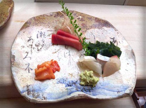 美しい江戸切子を使っているお寿司屋さん